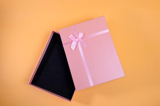La boîte cadeau rose a été ouverte. à donner les uns aux autres dans divers festivals tels que la saint-valentin, le jour de noël, divers anniversaires prenons une photo pour voir la lumière et l'ombre.