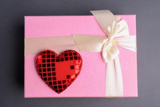 Boîte cadeau rose sur gris