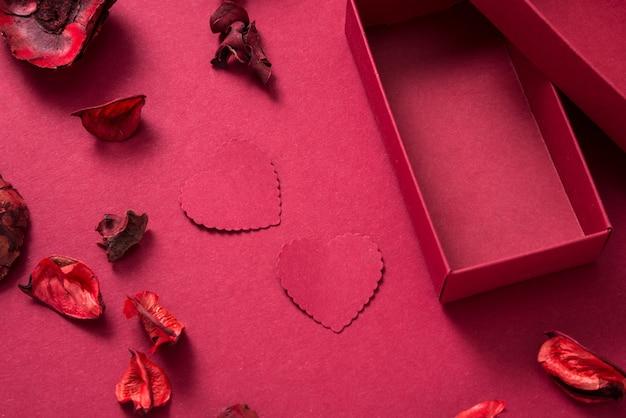 Boîte cadeau rouge et coeurs en papier