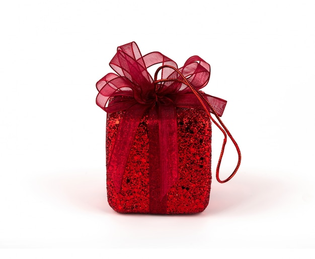 Boîte cadeau rouge avec ruban arc isolé sur fond blanc