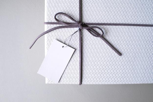 Boîte-cadeau et ruban avec étiquette pour la saint-valentin.