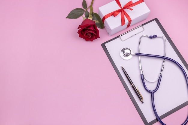 Boîte cadeau stéthoscope tablette papier rose et stylo