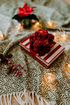 Boîte-cadeau sur le thème de noël avec un poinsettia