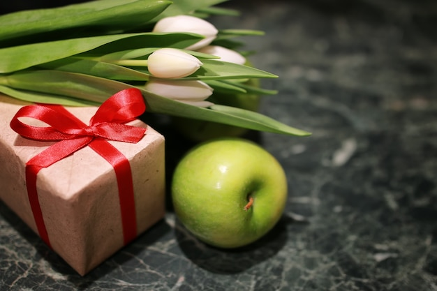 Boîte cadeau tulipe blanche fond vert
