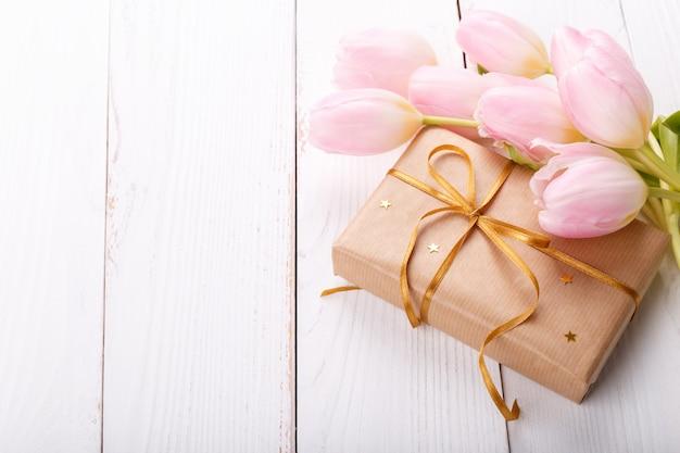Boîte cadeau et tulipes roses