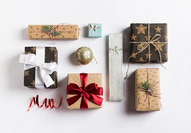 Boîte de cadeau de vacances de noël nouvel an sur blanc