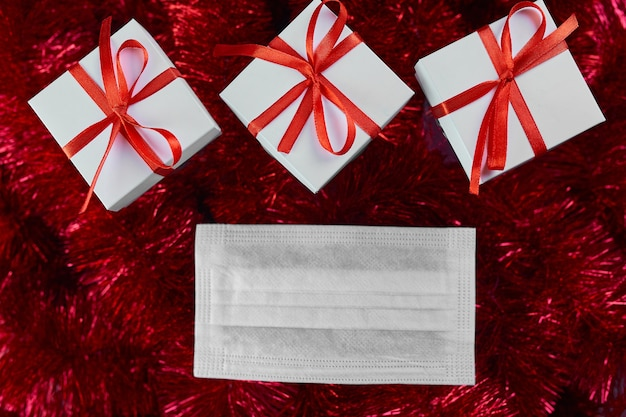 Boîte de cadeaux de noël blanc sur guirlandes rouges
