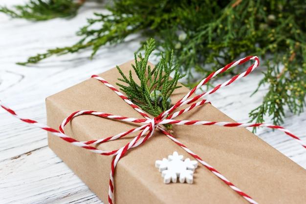 Boîte de cadeaux de noël chic présente sur du papier brun