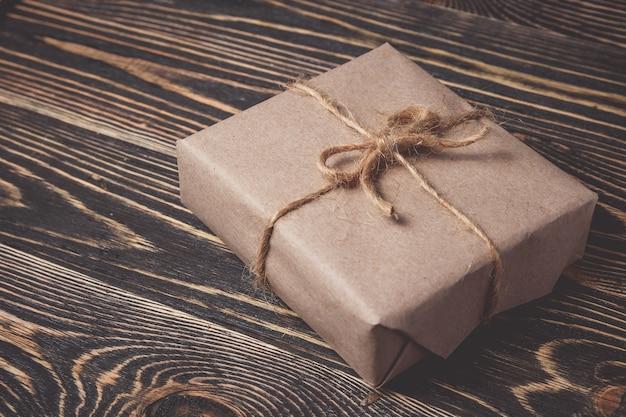 Boîte de cadeaux de noël présente sur le brun