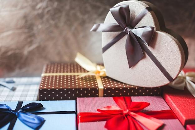 Boîte avec des cadeaux se bouchent