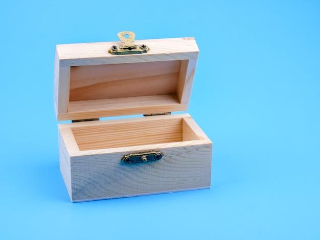 Boîte carrée en bois vide sur fond bleu