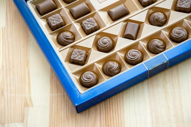 Boîte carrée avec différents bonbons au chocolat