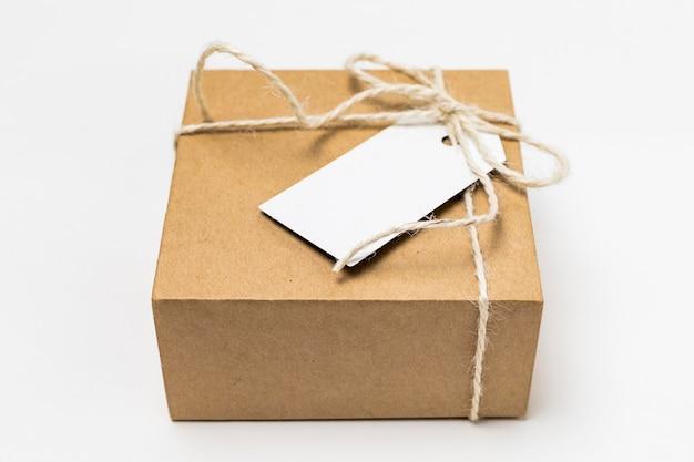 Boîte en carton avec arrangement d'étiquettes vierges
