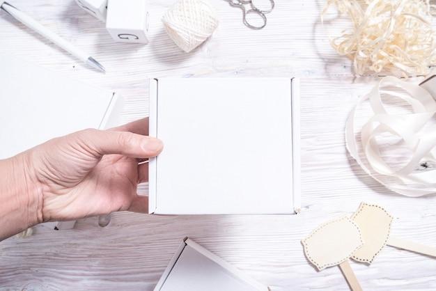 Boîte en carton blanc sur un bureau en bois,