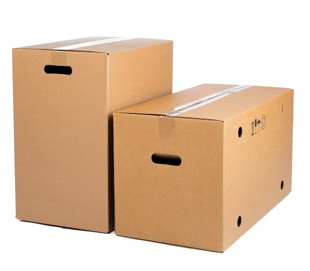 Boîte en carton brun isolé sur blanc