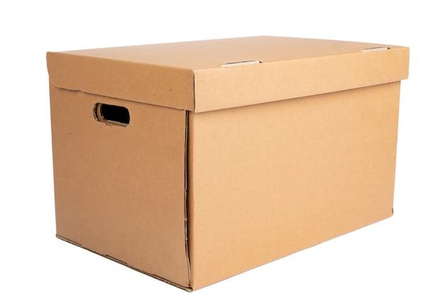 Boîte en carton brun isolé sur une surface blanche