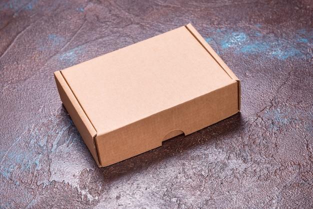 Boîte en carton brun simple sur fond sombre