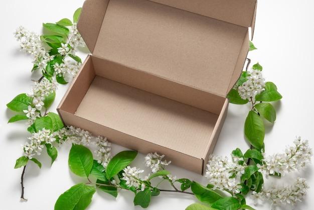 Boîte en carton brun vue de dessus en cerisier des oiseaux
