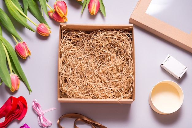 Boîte en carton brun, vue de dessus maquette, concept de printemps