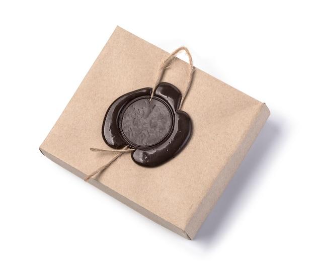 Boîte en carton avec cachet de cire isolé sur blanc