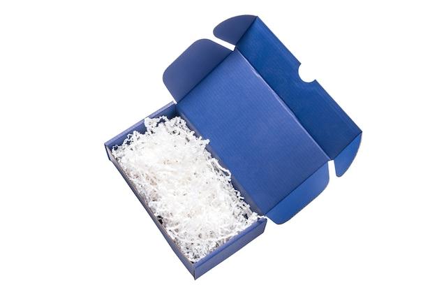 Boîte en carton carton bleu avec remplisseur de papier, vue du dessus, isolé