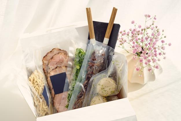 Boîte en carton avec différents pour ramen