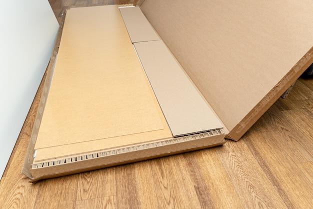 Boîte en carton, emballage avec de nouveaux meubles et accessoires pour l'assemblage à la maison
