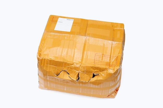 Boîte en carton endommagée avec trou