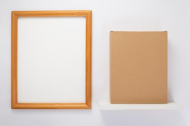 Boîte en carton sur étagère en bois à fond blanc