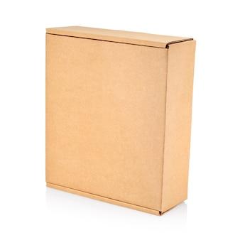 Boîte en carton fermé isolé sur blanc avec un tracé de détourage