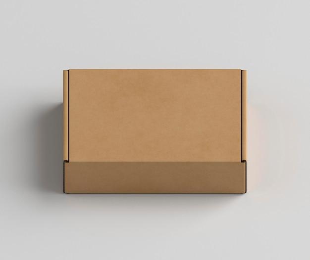Boîte en carton sur fond blanc