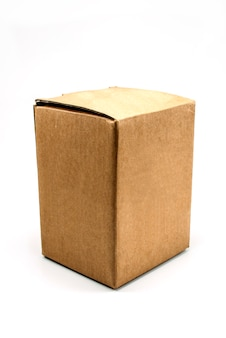 Boîte en carton sur fond blanc.