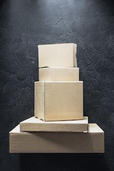 Boîte en carton sur fond noir, boîtier fermé