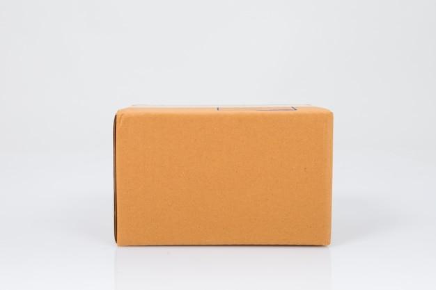 Boîte en carton isolé sur blanc