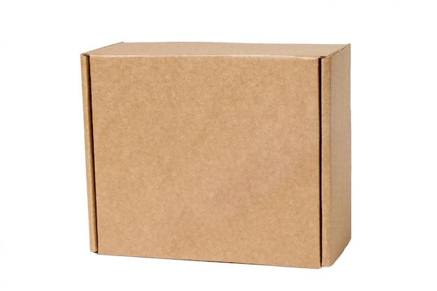 Boîte en carton isolé sur blanc.