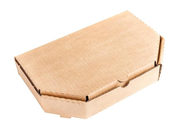 Boîte en carton kraft fermée sur fond clair avec une place vide pour votre texte