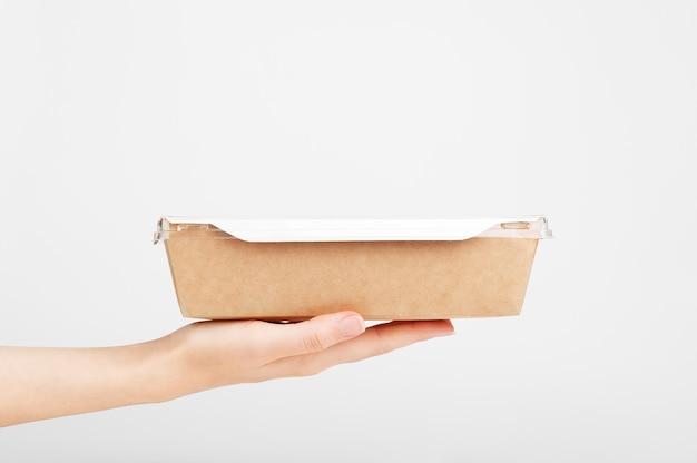 Boîte en carton sur la main féminine. expédition de nourriture. service de livraison rapide.