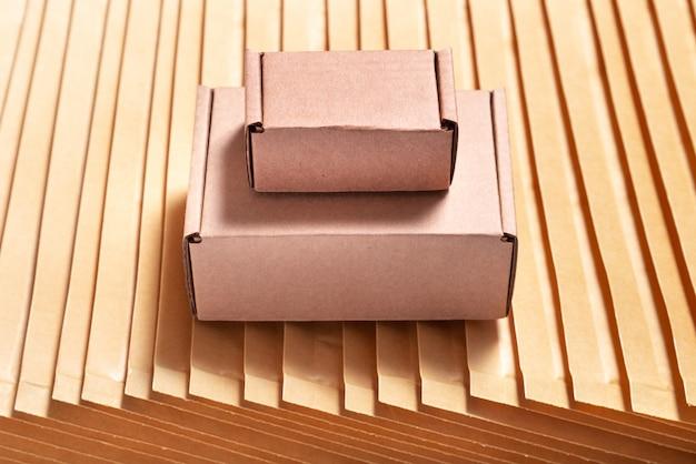 Boîte en carton marron sur beaucoup d'enveloppes à bulles