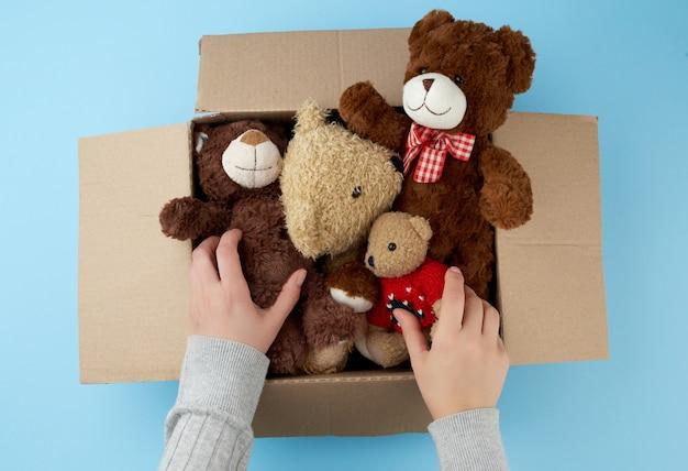 Boîte en carton marron avec divers ours en peluche