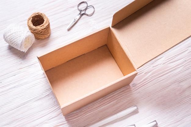 Boîte en carton marron, étui