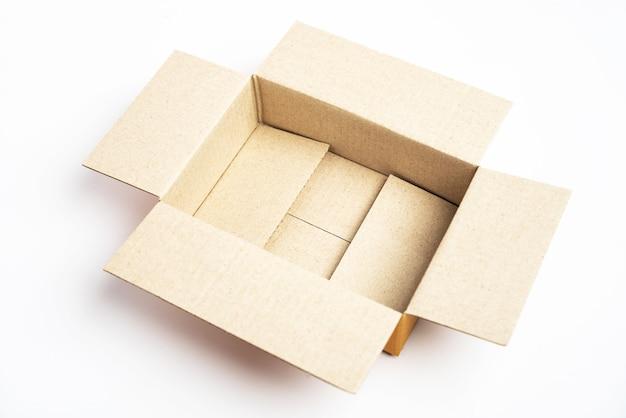 Boîte en carton marron ouverte.