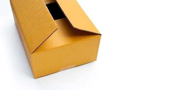Boîte en carton ouverte sur fond blanc.