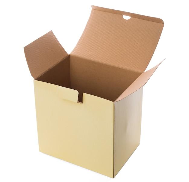 Boîte en carton ouverte jaune sur fond blanc
