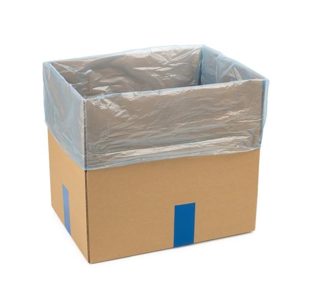 Boîte en carton ouverte pour stocker des marchandises et des colis par courrier avec un sac en plastique à l'intérieur. isolé.
