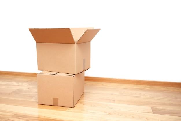 Boîte en carton ouverte, prête pour le transport