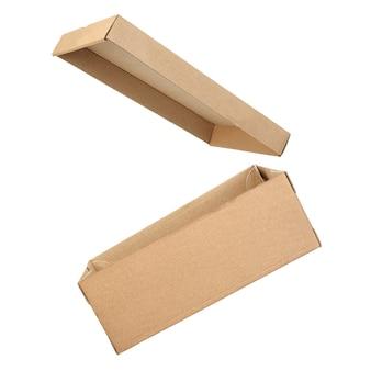 Boîte en carton ouverte vide isolé sur fond blanc avec un tracé de détourage