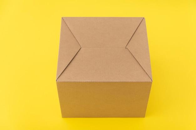 Boîte en carton. le paquet est sur jaune