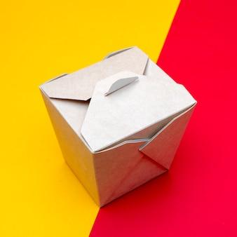 Boîte en carton pour le wok de la cuisine chinoise.
