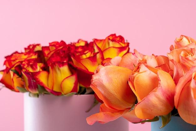 Boîte en carton avec roses