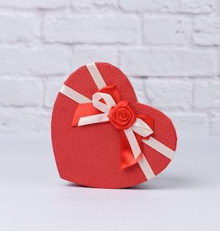 Boîte en carton rouge en forme de coeur